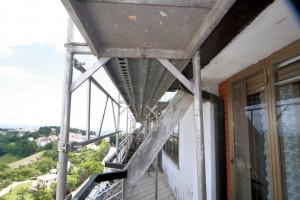 Ponteggio in alluminio lama adatto in questo caso per le ridotte dimensioni del piano e per la lunghezza delle campate che hanno facilitato il superamento dei pilastri.