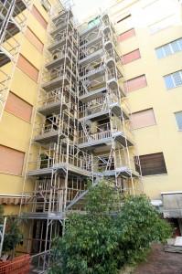 Ponteggio in alluminio lama per ristrutturazione balconi, indispensabile per il suo peso ridotto in appoggio su terrazzo.