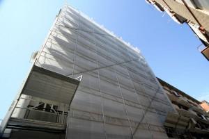 Ponteggio in alluminio lama per ristrutturazione su condominio. In questo caso la velocità di montaggio ci permette di avere costi contenuti.