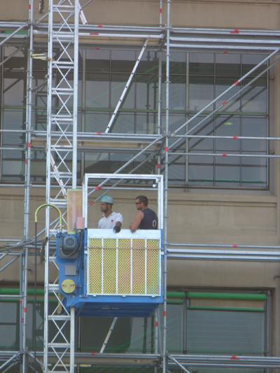 Montacarichi da cantiere ciotti noleggio ponteggi for Montacarichi da balcone per legna